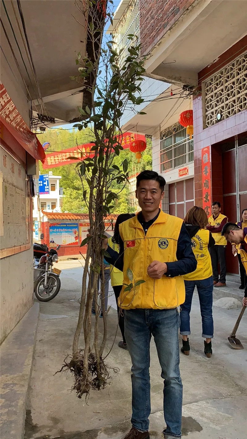 广东狮子会慧芯服务队一行到梅州市上澄小学开展助学和植树活动